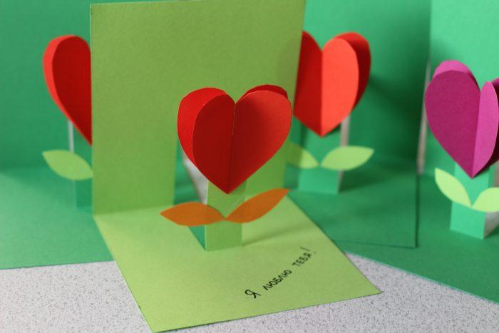 Открытка с цветком из сердец