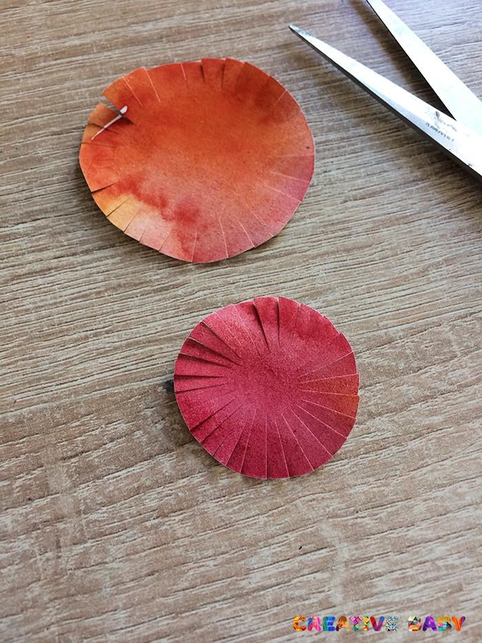 Цветок из крашенной бумаги